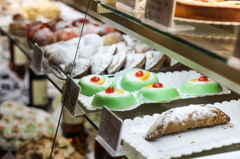 A day in the life of an Italian: the day begins at a pastry bar